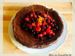 tarta cu ciocolata si fructe de padure