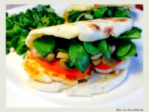 sandwich cu branza halloumi, ciuperci si ardei