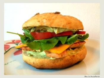 Sandwich cu pui si sos de avocado