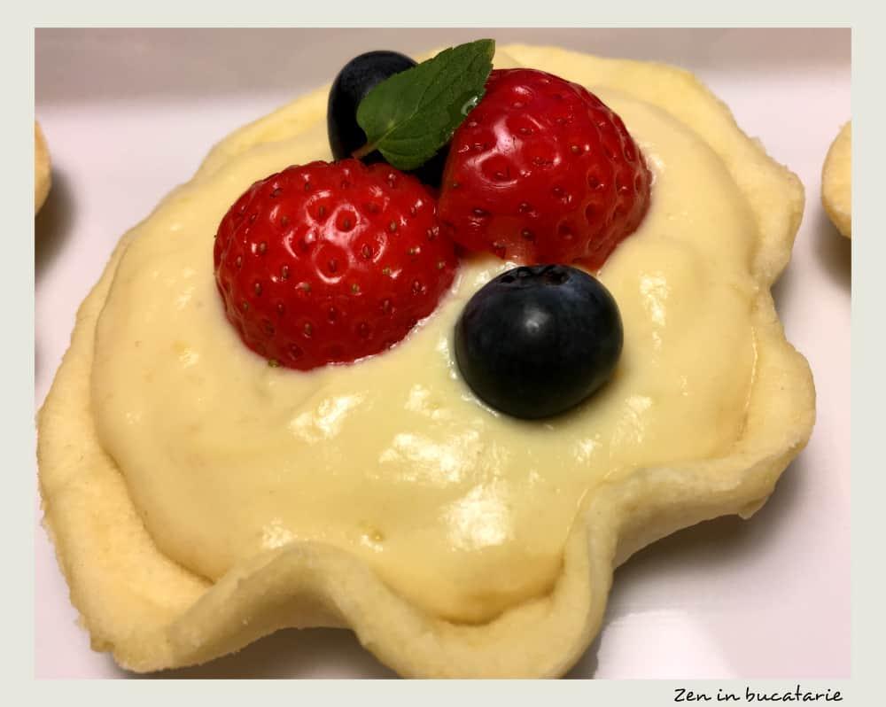 Minitarte cu crema de vanilie si fructe de padure