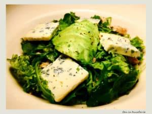 Salata cu pui, avocado si blue cheese
