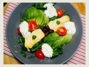 salata cu branza halloumi si avocado