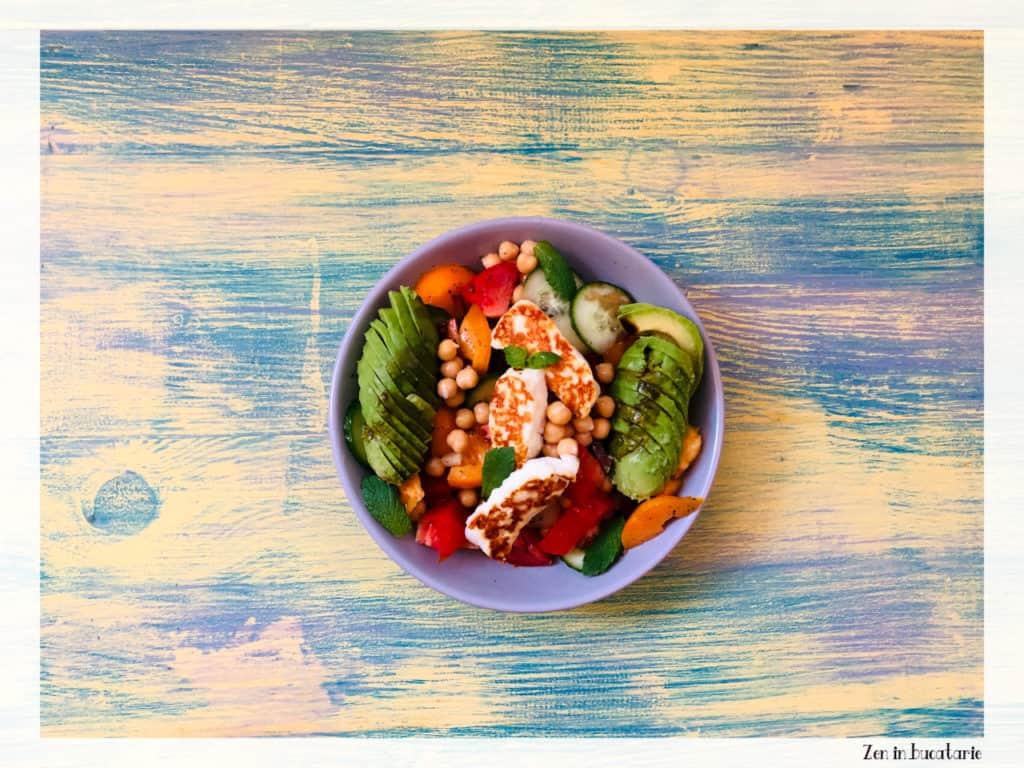 salata greceasca cu naut si branza halloumi
