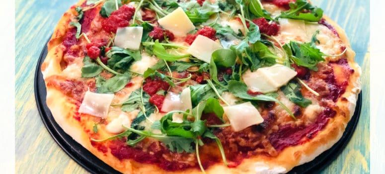 Pizza cu sos de rosii, mozzarella si rucola